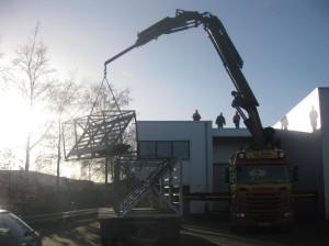 Op een prachtige dag werden de rekken van de buitenexpositie op het dak van de nieuwe locatie geplaatst.
